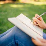 退屈な授業は、積極的にペン回しや落書きをした方がいいことが判明!?